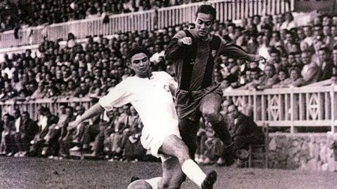 Luis Suárez en un partido ante el Valencia en el antiguo campo de Las Corts.