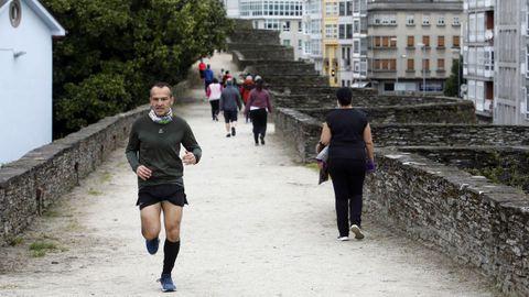 Corredores por la Muralla en el primer día de ejercicio al aire libre tras el confinamiento