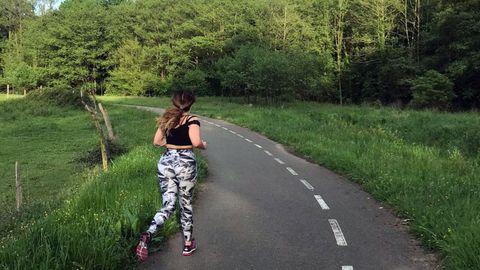 Una corredora en la senda del Nora, en Pola de Siero