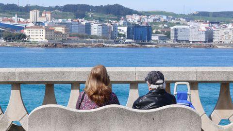 Disfrutando del sol en el paseo marítimo y en las playas en A Coruña