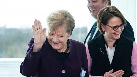 La reacción de  Merkel después de que su ministro del Interior le declinara un apretón de manos por el coronavirus.