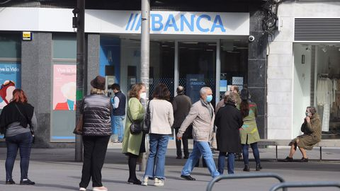 Las oficinas bancarias también empezaron a abrir a medio gas.
