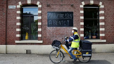Un cartel que reza  cuidate, nos vemos pronto , en un bar cerrado en Francia