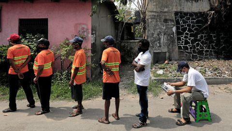 Un hombre espera su turno en Sri Lanka para someterse a la prueba del covid-19