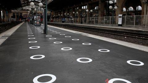 En la estación parisina de Gare du Nord se indican en el suelo las localizaciones para el distanciamiento social