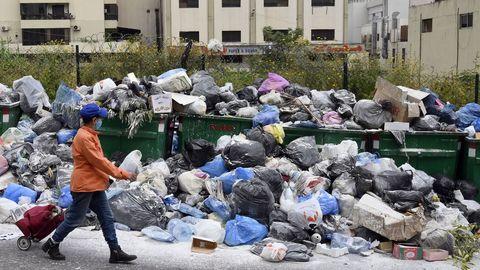 En Beirut a la crisis sanitaria se suma una de limpieza