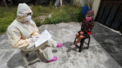 Un médico de Ecuador registra la información de una niña en las labores de prevención de la epidemia