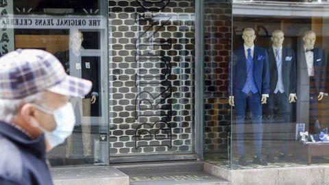 Comercios cerrados en la ciudad de Ferrol debido a la pandemia. Foto de archivo