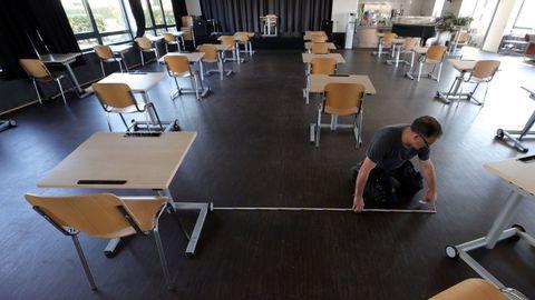 Un empleado de una escuela trabajando en el vestíbulo para reconvertirlo en un aula, en Dortmund (Alemania)