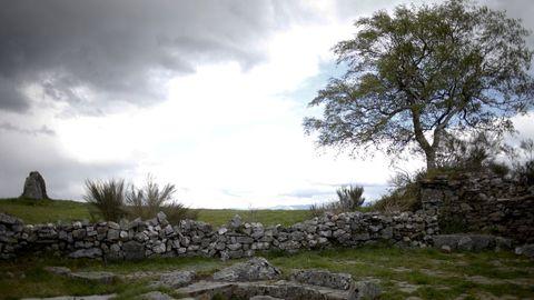 Imagen del Camino Primitivo a su paso por Hospital de Montouto, en A Fonsagrada, con el dolmen a la izquierda