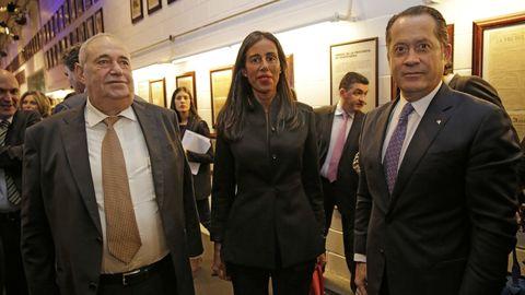Jove, junto a su hija Felipa y el presidente de Abanca, Juan Carlos Escotet