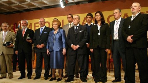 Manuel Jove, segundo por la derecha, recibió la Medalla Castelao