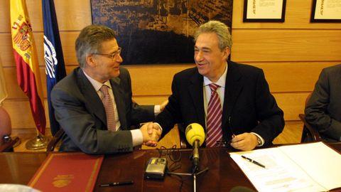 Jove, durante la firma de un convenio de colaboración con la Universidade da Coruña, junto al entonces rector José Luis Meilán Gil