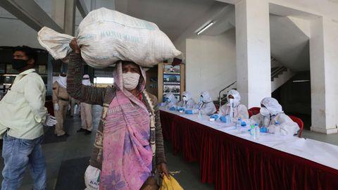 Los ferrocarriles indios han reanudado parte de sus servicios y estaciones como la de Habibganj, cerca de Bhopal, ya están en funcionamiento