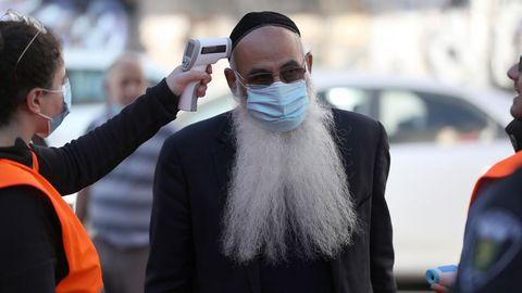 En Israel, las autoridades controlan la temperatura en el acceso de algunos mercados
