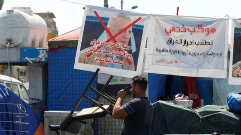 Un cartel contrario al nuevo primer ministro y exjefe de Inteligencia, Mustafá al Kazimi