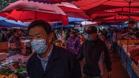 Clientes con mascarillas en un mercado chino