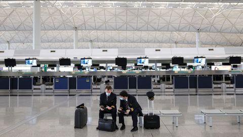 En el aeropuerto de Hong Kong los pilotos también lucen mascarillas