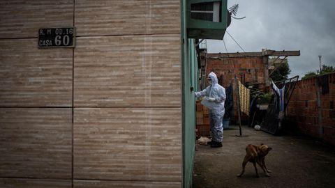 Un técnico del programa SOS Funeral, que ofrece transferencia y donación de urnas funerarias, acude a retirar un cuerpo en Manaus, Brasil