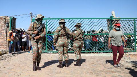 En Sudáfrica el ejército está colaborando en la organización del reparto de comida