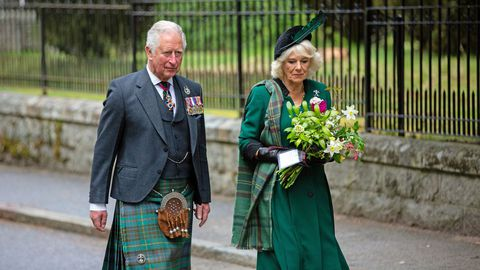 El príncipe Felipe y Camilla guardaron dos minutos de silencio en el monumento a la guerra de Balmoral (Escocia)