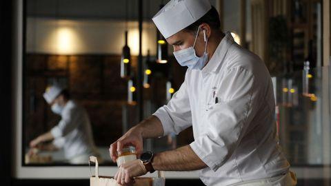 El cocinero francés Guillaume Arragon prepara comida para llevar en la cocina de su restaurante 'Bistrot Gourmand' en Cannes