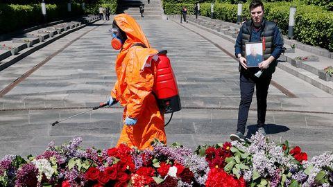 Un trabajador ucraniano desinfecta la zona próxima a la tumba en homenaje al Soldado Desconocido