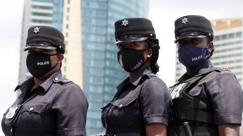 En Trinidad y Tobago agentes de policía visten mascarillas personalizadas