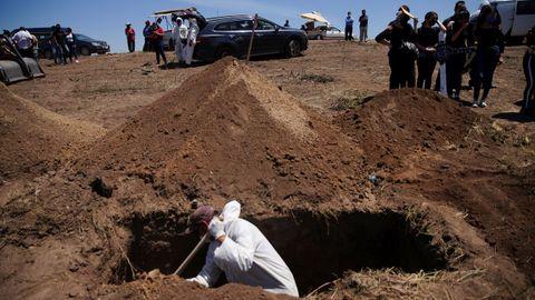 Un sepulturero prepara una tumba para una víctima de covid-19 en el cementerio municipal de Tijuana