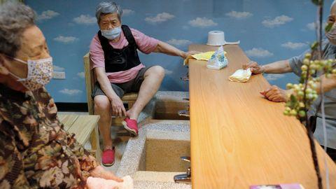 En Taipei están funcionando los spa para pies, a los que os clientes acuden con mascarillas