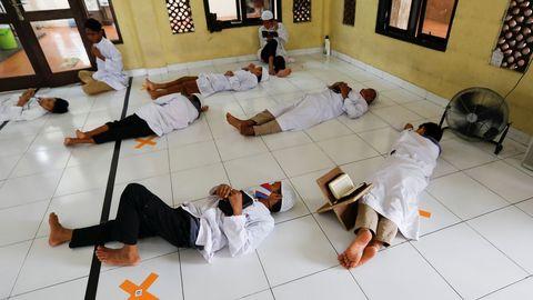 Estudiantes musulmanes se toman un descanso en la mezquita del internado Daarul Qur'an Al Kautsar, en Java Occidental