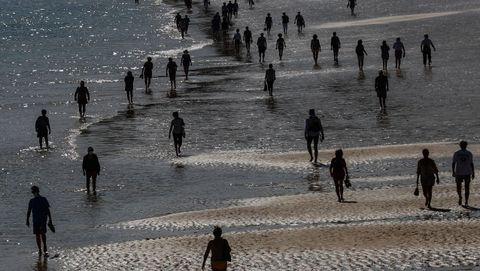Gente caminando por la playa de Ondarreta de San Sebastián el pasado miércoles, 6 de mayo