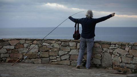 Un pescador aficionado, ayer en el entorno de la Torre de Hércules de A Coruña