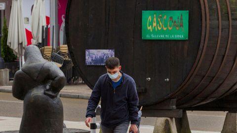 Un hombre ataviado con una mascarilla pasea por la calle Gascona