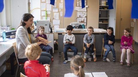 Una maestra muestra a la clase cómo lavarse las manos correctamente, el primer día de clases en Zurich