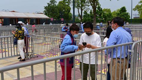 En Shanghai hoy ha reabierto el parque de atracciones de Disneyland
