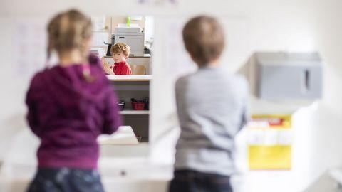Los alumnos se lavan las manos en el regreso al colegio en Suiza