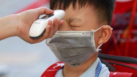 Un estudiante de primaria se somete a un control de temperatura el primer día de clase en Ho Chi Minh, Vietnam