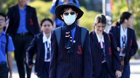 Los estudiantes, algunos ataviados con mascarillas, también han regresado a las aulas en Brisbane, Australia