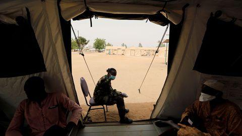 Un soldado del ejército senegalés se sienta a la entrada de la carpa utilizada como sala de espera para las pruebas de coronavirus