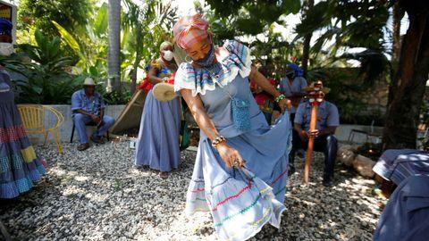 Una sacerdotisa vudú baila con una mascarilla durante una ceremonia en Puerto Príncipe