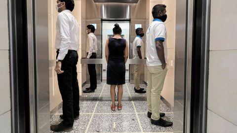En un ascensor en el World Trade Center de Sri Lanka se observan marcas que establecen cómo distanciarse. Las empresas han reabierto estos días