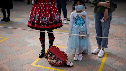 En el parque de atracciones de Disneyland Shanghai deben mantener la distancia social