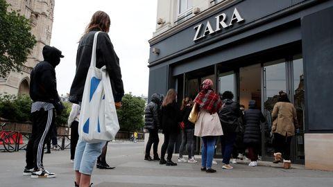Cola ante una de las tiendas de Zara de París