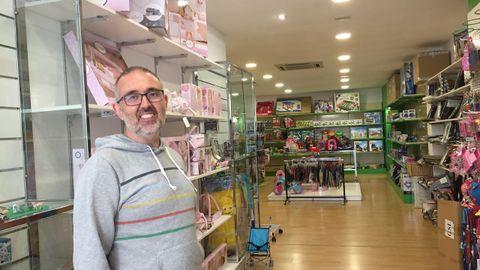Alberto Barreiro, de la juguetería Don Dino, en Betanzos