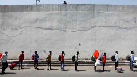 En Nueva Dehli, trabajadores aguardan un tren que les llevará a sus casas