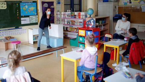 Una pequeña parte de los alumnos franceses ha empezado a regrear a las escuelas, como en esta de Saint-Sebastien-sur-Loire, cerca de Nantes