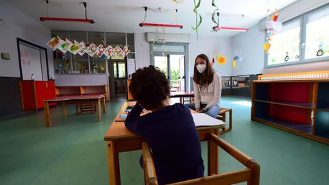 Un niño, en un colegio del Piamonte en el que llevan a cabo un proyecto piloto para ver cómo funcionaría la distancia social en las aulas