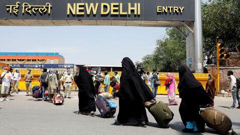 Mujeres musulmanas acceden a la estación de tren de Nueva Delhi, después de que La India reabriese parte de su servicio de ferrocarril