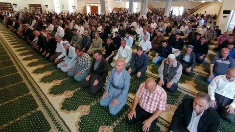 Los fieles kurdos rezan en una mezquita durante el mes del Ramadán, en Irak